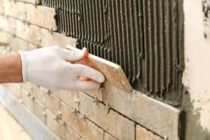 Plytelių klijavimas ant sienos