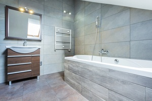 Plytelių klijavimas vonioje – atsakingas procesas, kurio metu vonios kambaryje yra išpildomi dizaino elementai, suteikiantys norimą vaizdą. Kokybiški plytelių klijavimo vonioje darbai užtikrina nepriekaištingą vonios kambario vaizdą ir ilgaamžiškumą. Plytelių klijavimo vonioje kaina yra apskaičiuojama pagal klijuojamų plytelių plotą bei vonios kambario parametrus. Norėdami sužinoti tikslią plytelių klijavimo vonioje kainą skambinkite nurodytais kontaktais mums jau dabar ir gaukite atsakymus į visus jus dominančius klausimus. Mūsų vadybininkai pasirūpins jus dominančios informacijos suteikimu bet kuriuo metu ir greitai pateiks jūsų lūkesčius atitinkantį pasiūlymą. Mūsų tikslas padėti žmonėms įrengimo darbus paversti lengvais ir maloniais procesais, todėl nuolat siekiame puikaus rezultato ir stengiamės būti finansiškai naudingu pasirinkimu savo klientams. Kreipkitės jau dabar ir pradėkime jūsų plytelių klijavimo vonioje darbus kartu!