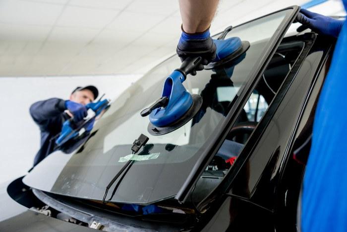 Automobilio priekinio stiklo keitimas